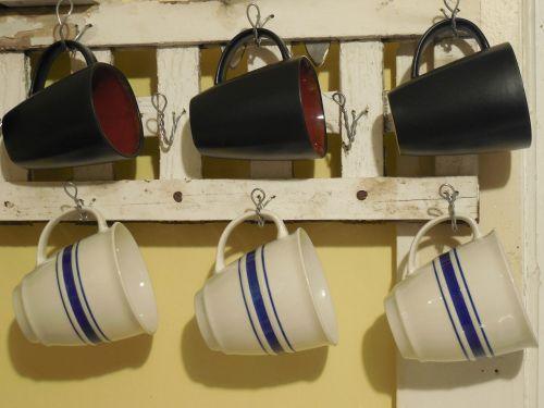 puodeliai,puodukai,arbata,kava,gerti,arbatos puodelis,namai,kavos puodelis,balta,gyvenimo būdas,medinis,stovas,kaimiškas,pakabos,kabantis,ruda,mėlynas,geltona,virtuvė,balta mediena,erdvė,mediena,horizontalus,lenta