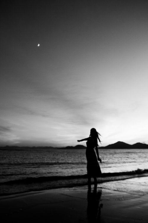 dadaepo paplūdimys,vienspalvis,juoda ir balta nuotrauka,jūra,papludimys,moteris,siluetas,moterų,saulėlydis,twilight,švytėjimas,nakties jūra,kraštovaizdis,naktinis paplūdimys