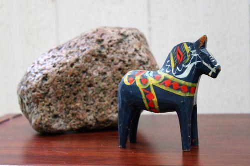 dalahorse,mėlynas,raudona,geltona,arklys,akmuo,paminklas,dekoratyvinis akmuo,Kattskallar,natūralus akmuo,Švedija,slėniai