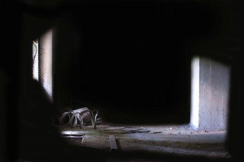 tamsa,šviesa,tamsi,šviesi ir tamsi,šviesos tunelis,nuotaika,architektūra,pastatas