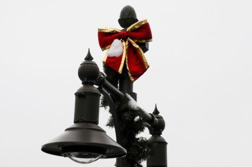 Kalėdos, xmas, šventė, lempa, lempos stulpas, apdaila, papuoštas, pušis, raudona, juosta, papuoštas žibinto postas