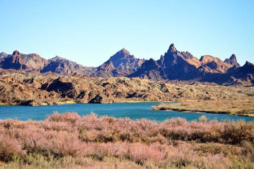 dykuma,kalnai,kraštovaizdis,upė,šepetys,žemė,gražus,sausas,karštas,kelionė,gamta,mėlynas,dangus,dangus,vasara,lauke,atostogos,vanduo,natūralus,tyrinėti,tyrinėjimas,laukiniai,vakaruose,Vakarų,žygis,tyrinėti,žygiai,nuotykis,turizmas