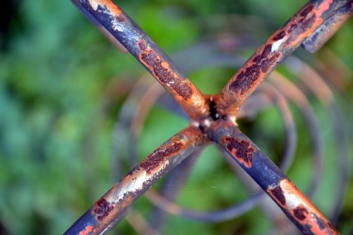 design rusted garden ornament