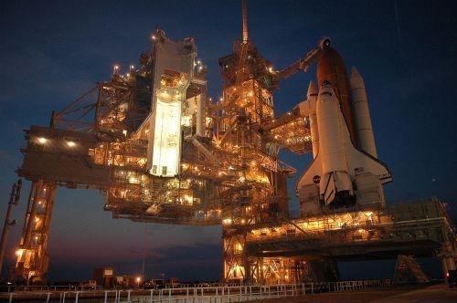 atradimas erdvėlaivis,išvynioti,paleidimo aikštelė,išankstinis paleidimas,astronautas,misija,tyrinėjimas,erdvėlaivis,raketa,skrydis,naktis,šviesa,apšviestas,erdvėlaivis,laivas,NASA