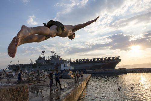 nardymas,plaukti,pasinerti,vanduo,linksma,poilsis,plaukikas,laisvalaikis,buriuotojai,vandenynas,jūra,maudytis,Patinas,vyras,kariuomenė,karinis jūrų laivynas