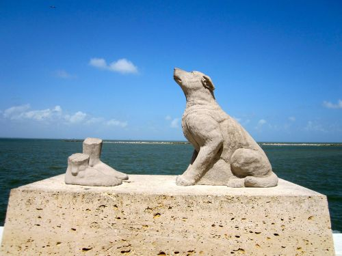 dog statue sea