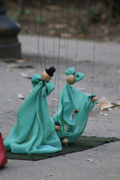 dolls theater handling