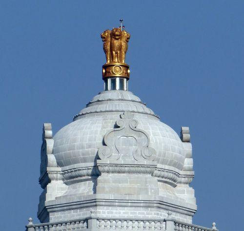 kupolas,ashokos emblema,liūto kapitalas,nacionalinė emblema,suvarna vidhana soudha,belgaum,teisėkūros kūrimas,architektūra,Karnataka,pastatas,įstatymų leidžiamoji valdžia,Indija