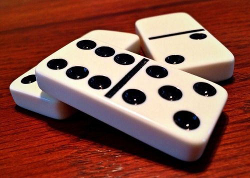 dominoes game domino