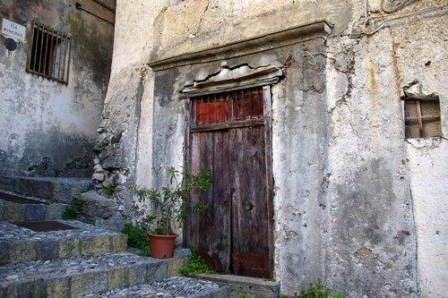 door  closure  lack of communication