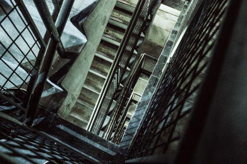žemyn,laiptinė,laiptai,laiptai