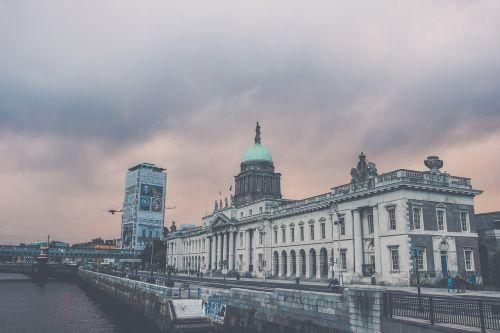 dublin,kelionė,Airija,parlamentas,parlamento pastatas,architektūra,dangus,vakaras,saulėlydis,vakarinis dangus,pastatas,miestas,vakarinis miestas,struktūra,upė