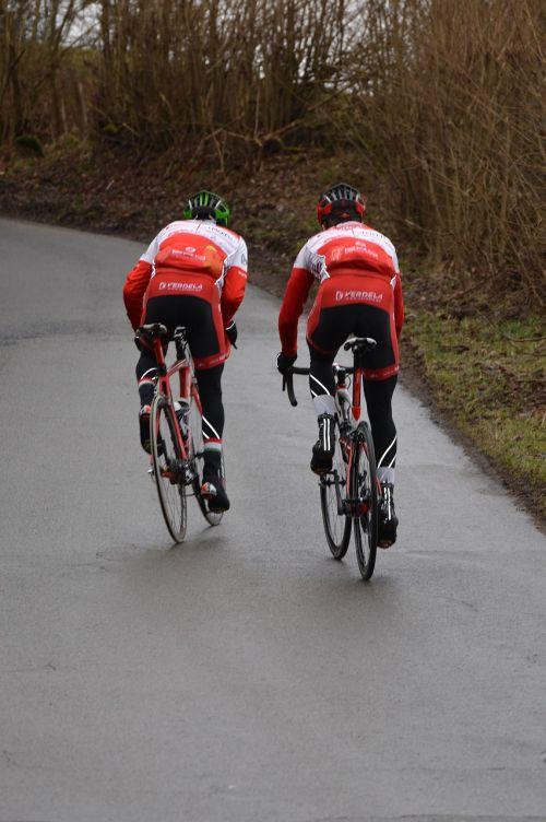 duel cycling climb