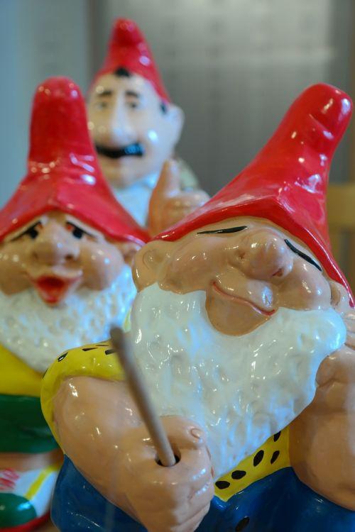 dwarfs garden gnomes figures