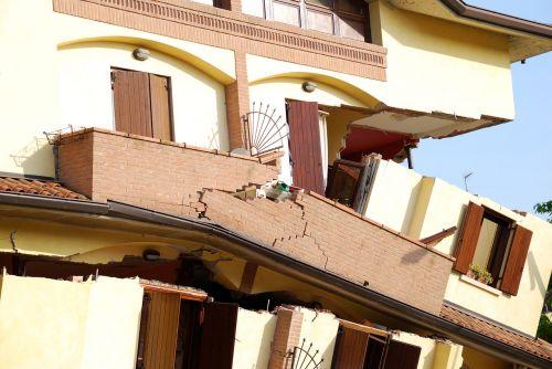 earthquake collapse house