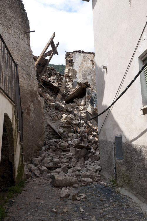 earthquake rubble l'aquila