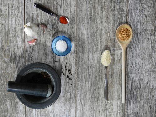 valgyti,virėjas,pietauti,virtuvė,maistas,frisch,mityba,naudos iš,druska,pipirai,paprika,česnakai,garstyčios,garstyčių sėklos,prieskoniai,skiedinys,masher,šaukštas,medinis šaukštas