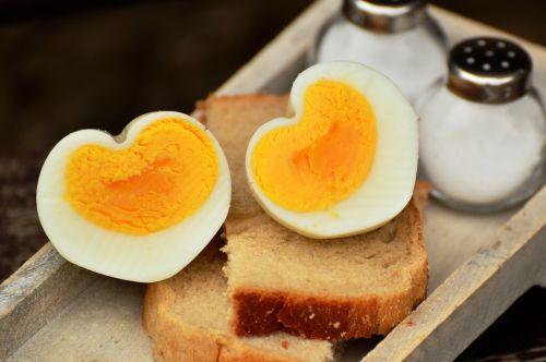 kiaušinis,vištos kiaušinis,virtas kiaušinis,pusryčių kiaušinis,širdis,širdies formos,maistas,baltymas,vištienos produktas,Uždaryti,pusryčiai,meilė,mityba,maisto fotografija,gyvūninės kilmės produktas,duona,druskinė