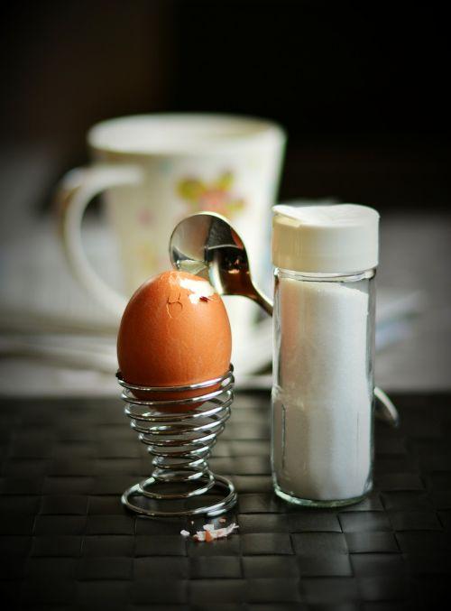 kiaušinis,vištos kiaušinis,pusryčių kiaušinis,druskinė,druska,kiaušinio plekšnė,vištienos produktas,rudas kiaušinis,sunaikintas,tvirtovė,pusryčiai,kiaušinių puodeliai,virtas kiaušinis,mityba,šaukštas
