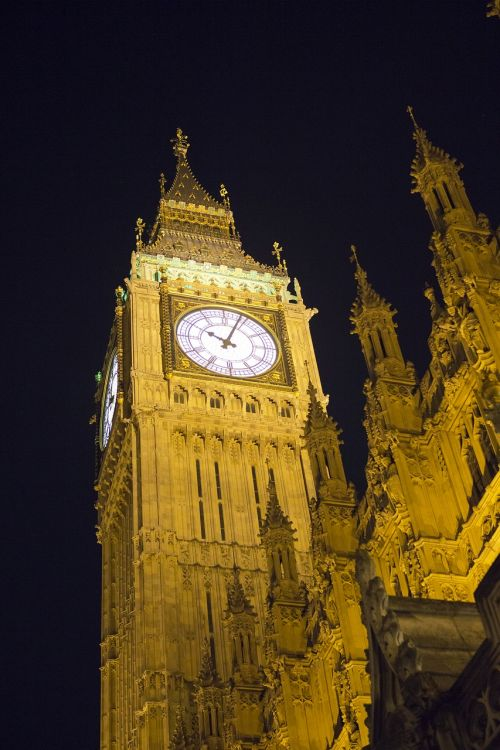 elizabeth tower nighttime clock