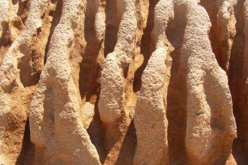 erozija,smėlio akmuo,vandens grioveliai,ištemptas,kraigas,išplauta,karštas,sausas,ochros spalvos