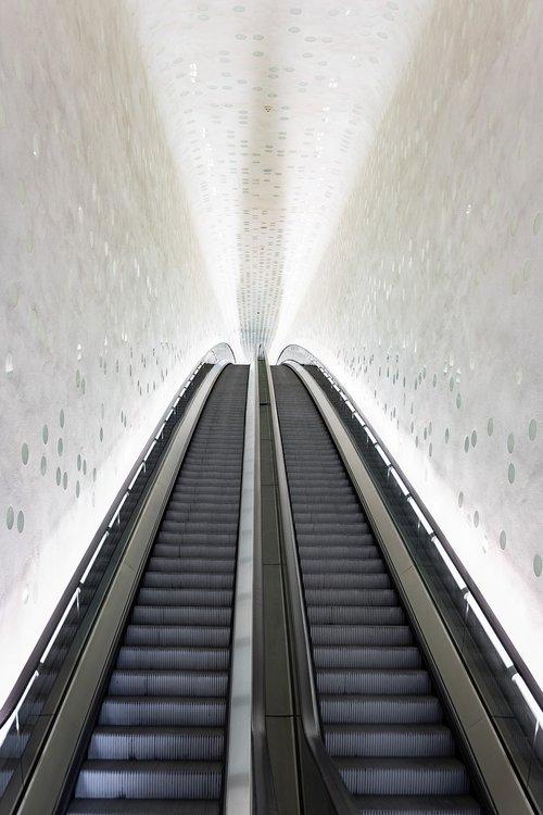 escalator  structure light  building