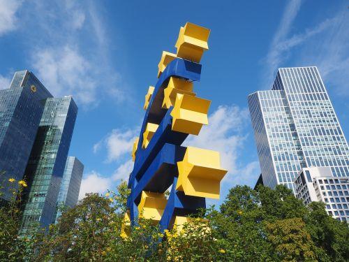euro skulptūra,euro ženklas,meno kūriniai,Frankfurtas,ottmar hörl,plastikinis neoninis ženklas,neoninis ženklas,euro ženklas ir žvaigždės,Europos centrinis bankas,Willy-Brandt-Platz,mėlynas,geltona,žvaigždė,euro zona,mėlyna geltona,Frankfurtas yra pagrindinė Vokietija