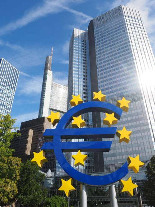 euro bokštas,dangoraižis,centro,Frankfurtas yra pagrindinė Vokietija,pastatas,bank für gemeinwirtschaft,BFG,ecb-central,Europos centrinis bankas,ecb,euro skulptūra,euro ženklas,meno kūriniai,Frankfurtas,ottmar hörl,plastikinis neoninis ženklas,neoninis ženklas,euro ženklas ir žvaigždės,Willy-Brandt-Platz,mėlynas,geltona,žvaigždė,euro zona,mėlyna geltona