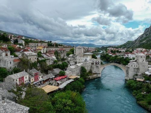 Europa,Balkanai,Bosnija,herzegovina,Bosnija ir Hercegovina,mostar,tiltas,senas tiltas,stari most,upė,namai,miestas,Miestas,debesys,kalnai,srautas,kelionė,turizmas,Unesco