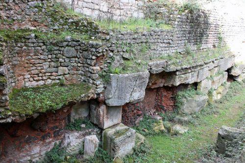 kasinėjimai,senovės akmens siena,akmenų liekanos,šventoriaus kasinėjimai,raudona plyta,skaldytų statramsčių