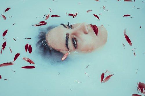 eyes  red  bathtub