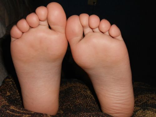 feet girl fingers