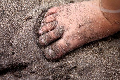 feet bebe sand