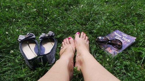feet grass travel guide