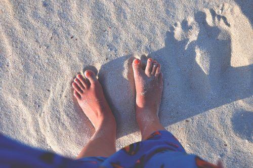 feet toes sand
