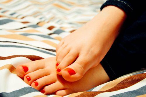 feet toes woman