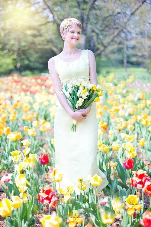 laukas tulpių,jauna moteris,graži,pavasaris,džiaugsmas,laimingas,gamta,vintage