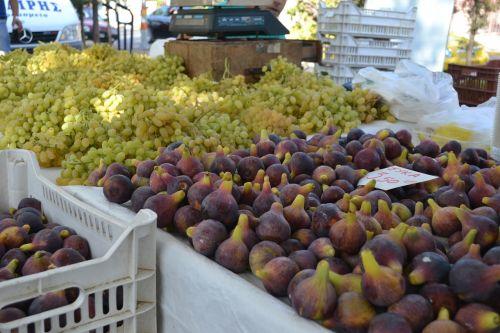 figs grapes a farmer's market