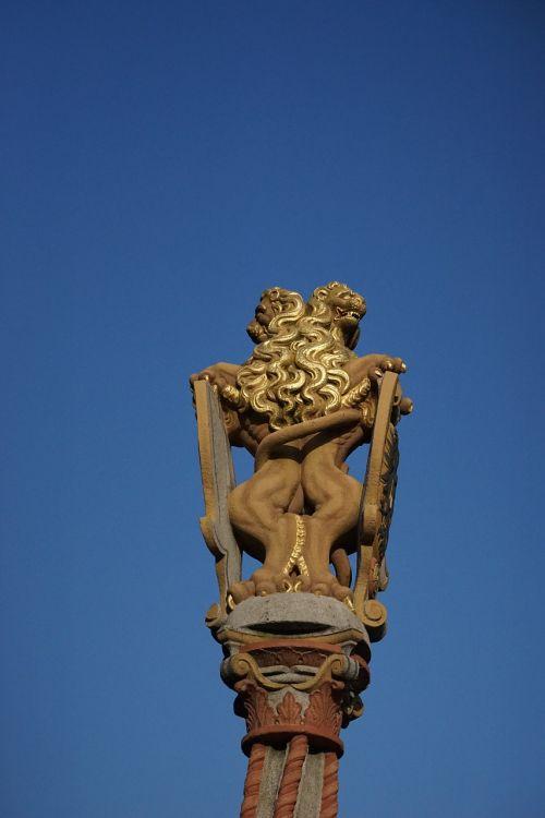 figure lion lion fountain