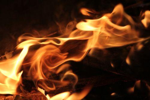 Ugnis,liepsna,juoda,pavojus,pavojingas,tamsa,degios,šiluma,deginimas,stovykla,šviesa,deginti,energija,priešgaisrinė sauga,liepsna,karštas,uždegimas,raudona,dūmai,oranžinė,makro