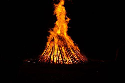 Ugnis,ugnies ratas,karštas,šiluma,deginti,liepsna,vasaros sezonas,blaze,raudona,geltona,tamsi,naktis,saulėgrįža,st John diena,Jono diena,atminties ugnis,vasaros saulėgrįža,san juano naktis,festivalis,muitinės,evoliucinis,los diena,populiarus tikėjimas,vasaros šventės,prieskoninis ugnis,simbolika,saulė,raganos ugnis,magija