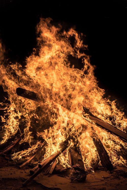 Ugnis,laužas,liepsna,karštas,deginti,šiluma,užsiliepsnoti,Laukinė ugnis,liepsna,laužavietė,simbolis,energija,šviesa,švytėjimas,žėrintis,oranžinė,realus