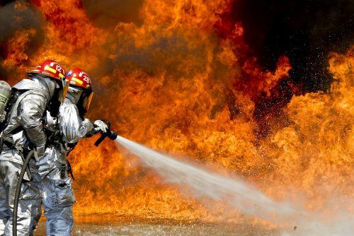 gaisrininkai,Ugnis,liepsnos,lauke,lauke,vanduo,žarna,kovos