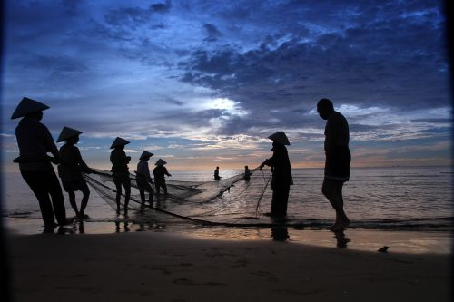 fisher men hai hoa beach vietnam