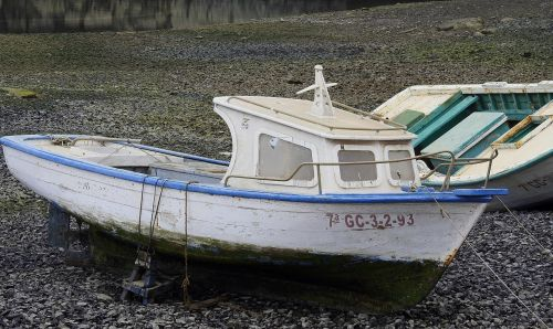 fishing boat ailing ebb