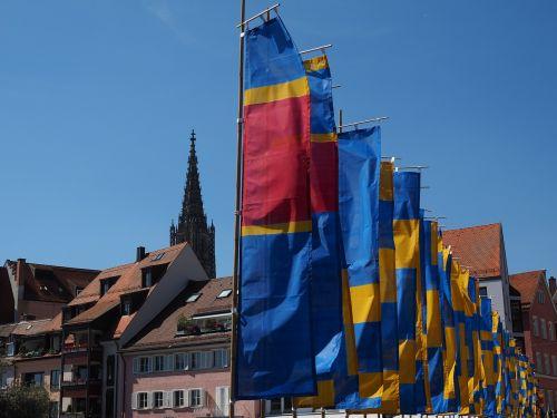 flags blow flutter