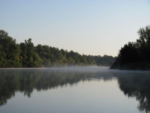 rūkas,aušra,ramybė,kraštovaizdis,gamta,vanduo,saulėtekis,rytas,ramus,atspindys,natūraliai,dangus,medžiai,tylus,papludimys,upė,atostogos,kelionė