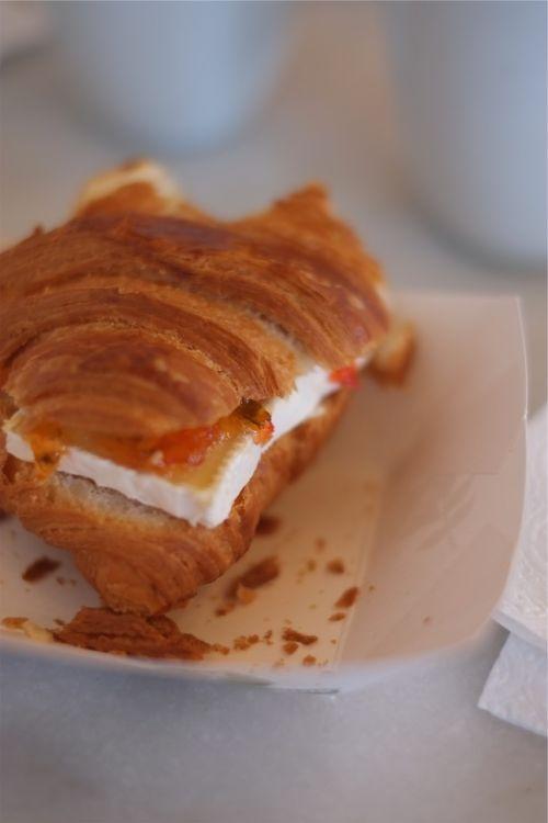 food croissant sandwich