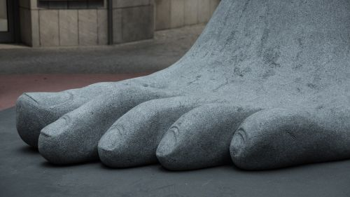 foot toes giant