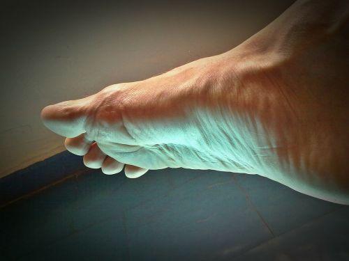 foot fingers feet